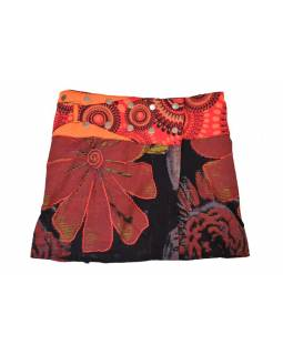 Krátká vínová sukně, zapínání na patentky a kapsička, výšivka