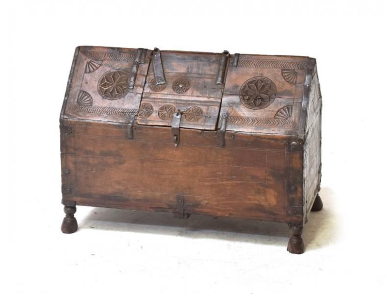 Antik dřevěná truhlička z Rádžasthánu v Indii, 59x31x43cm