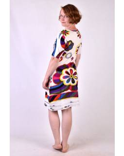 Bílé  šaty s potiskem a ručně vyšívanými korálky