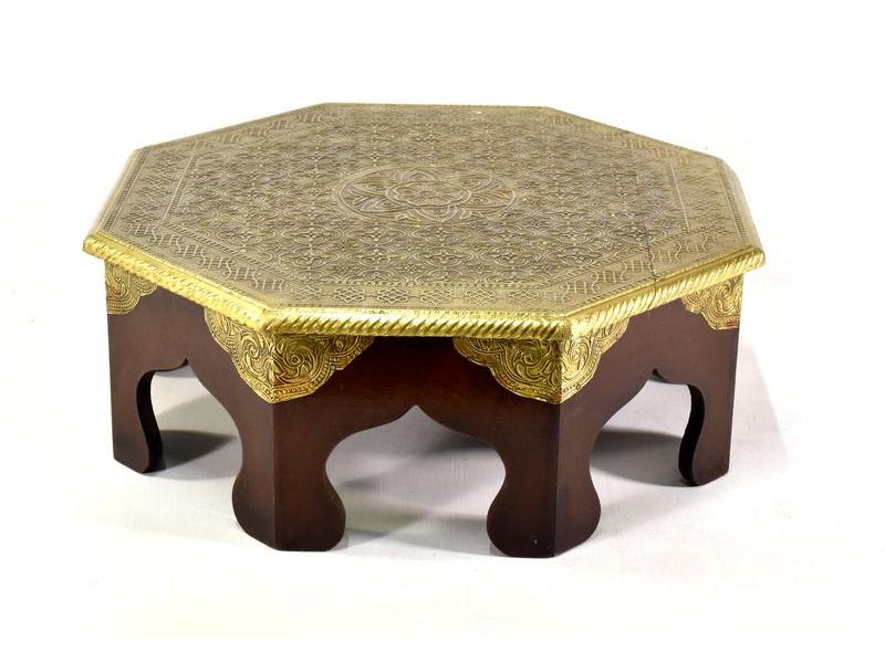Čajový stolek z mangového dřeva zdobený mosazným kováním, 43x40x15cm