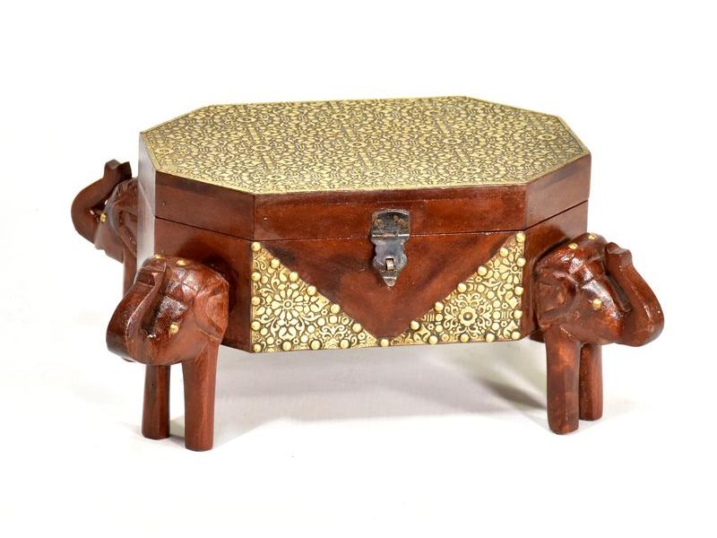 Truhlička se sloníma hlavama, tropické dřevo tepané mosazí, 35x25x17cm