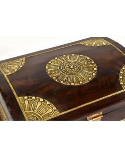 Ozdobná dřevěná šperkovnice zdobená mosazným plechem, 30x23x15cm