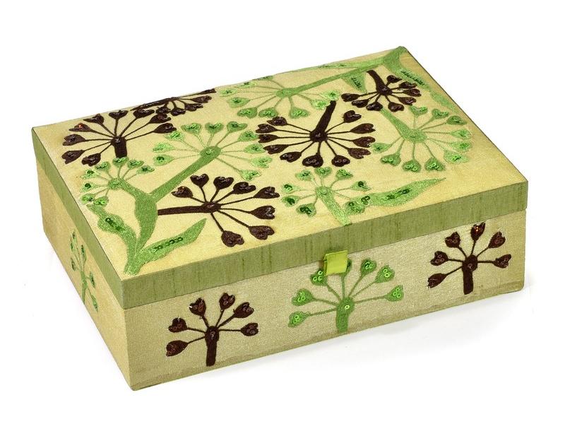 Ručně vyšívaná šperkovnice, světle zelená květinami a flitry, 25,5x17x8cm