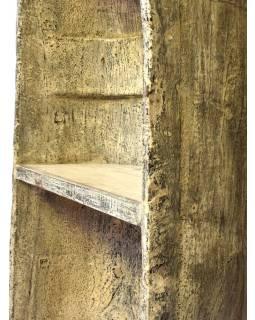 Knihovna vyrobená ze staré kánoe, ručně vydlabané, 63x40x250cm