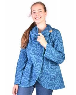 Modrý kabát s kapucí zapínaný na knoflík, kapsy, celopotisk