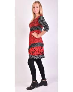 Černo-červené šaty s květinovým potiskem a tříčtvrtečním rukávem