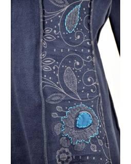 Modrý fleecový kabátek s dlouhou kapucí, zapínání na zip, kapsy