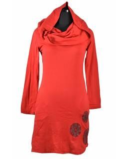 Červené šaty s kapucí/límcem, tříčtvrteční rukáv, potisk a výšivka mandaly