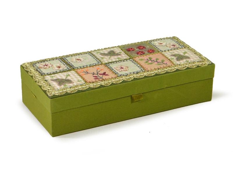 Ručně vyšívaná šperkovnice, khaki s patchworkem, 23x10,5x5,5cm