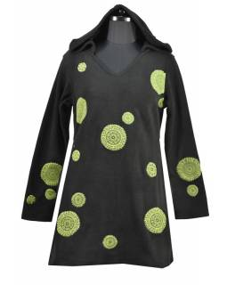 Černé mikinové šaty s kapucí a barevnými aplikacemi, V výstřih