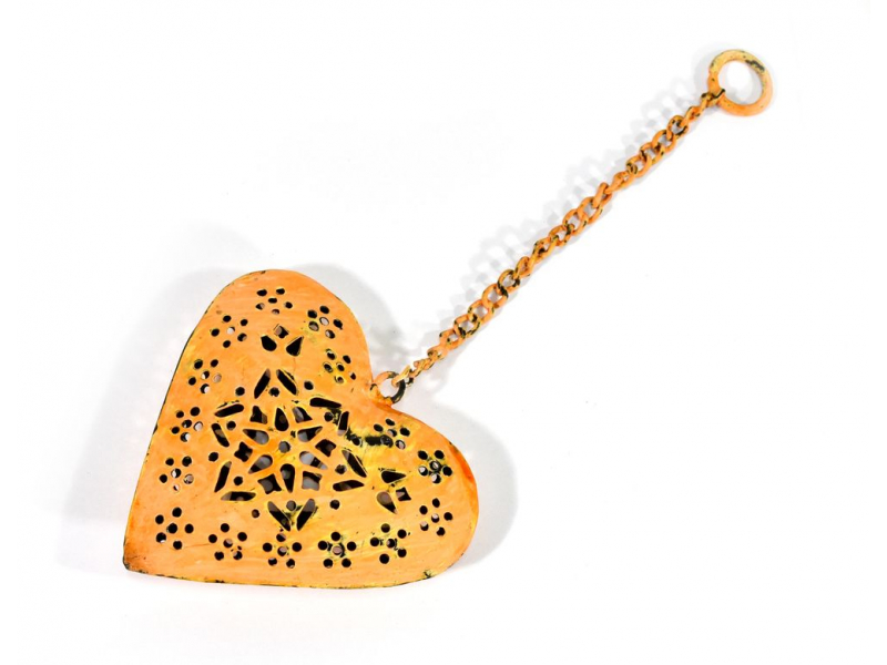 Závěsná dekorace - ručně vyřezané oranžové srdce, kov, 11x3x12cm