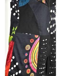Černá mikina s kapucí a prostřihy, zapínaní na zip, potisk, kapsy