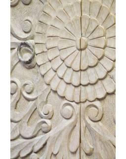 Vyřezávaná skříň bílá patina, mangové dřevo, ruční práce, 110x60x210cm