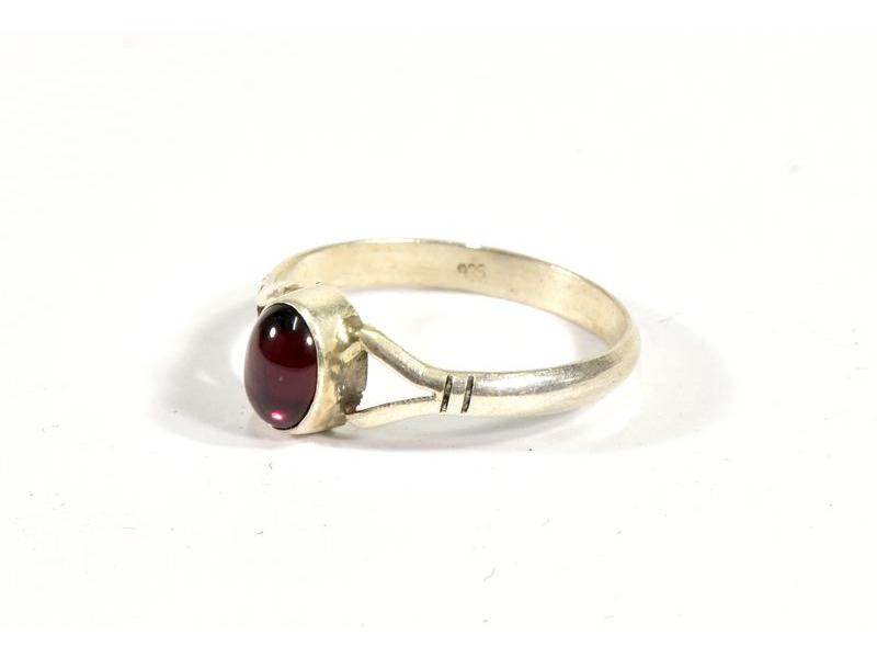 Stříbrný prsten vykládaný granátem, AG 925/1000, Nepál