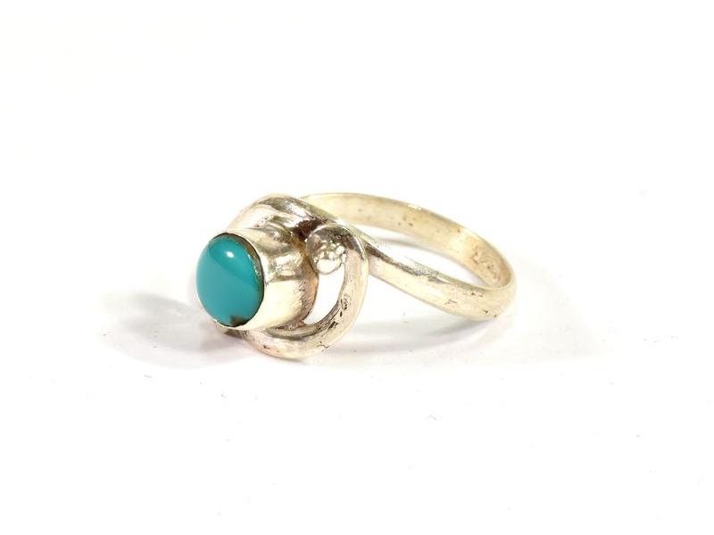 Stříbrný prsten vykládaný barveným howlitem, AG 925/1000, Nepál