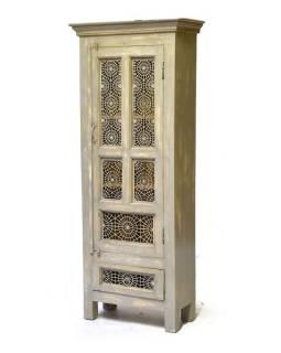 Skříň z teakového dřeva zdobená tepanou mřížkou