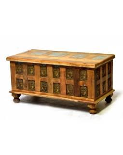 Truhla z teakového dřeva, zdobená mosaznými hlavami Buddhů, 91x48x46cm