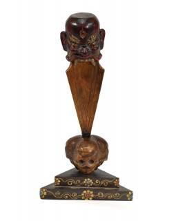 Dřevěná phurba ve stojánku s lebkami, 35cm