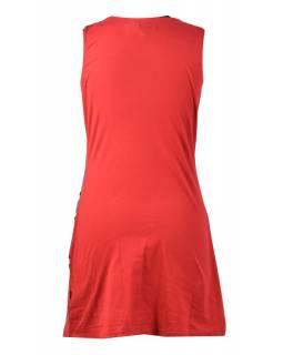 Červené šaty bez rukávu s květinami
