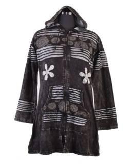 Prodloužená černá mikina s kapucí, prostřihy a výšivkou, kapsy