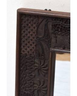Zrcadlo v rámu z teakového dřeva zdobené starými raznicemi, 48x4x63cm