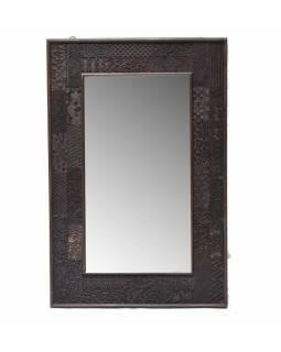 Zrcadlo v rámu z teakového dřeva zdobené starými raznicemi, 61x4x92cm