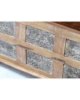 Truhla z teakového dřeva, zdobená starými raznicemi na textil, 80x40x46cm