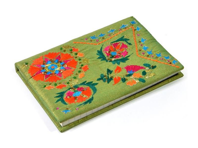 Ručně vyšívaný notýsek, zelený s flitry a korálky, 12,5x18cm