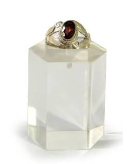 Stříbrný prsten se zdobením vykládaným granátem, AG 925/1000