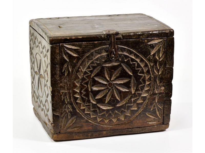 Stará truhlička z teakového dřeva, zdobená řezbami, 32x25x27cm