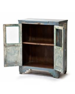 Prosklená skříňka z teakového dřeva, tyrkysová patina, 74x41x92cm