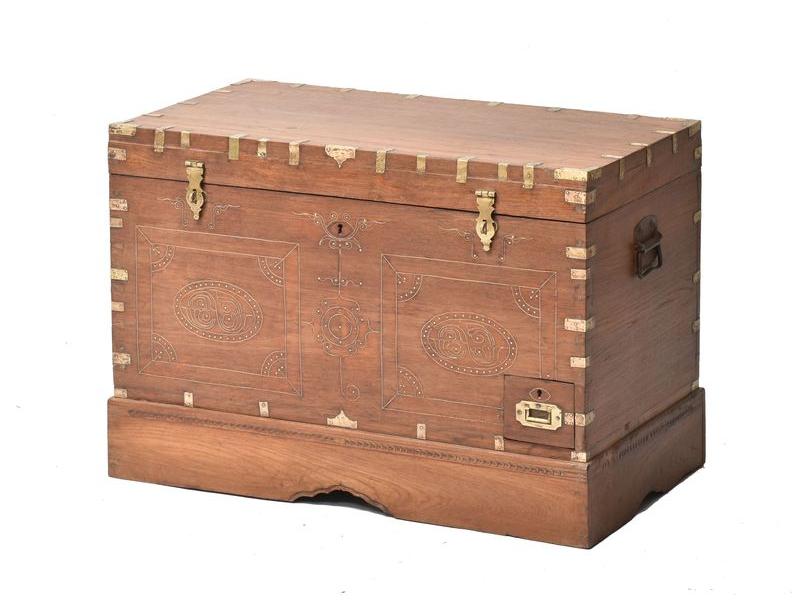 Truhla z teakového dřeva zdobená mosazným kováním, 83x46x56cm