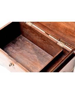 Truhla z teakového dřeva zdobená mosazným kováním, 60x34x33cm