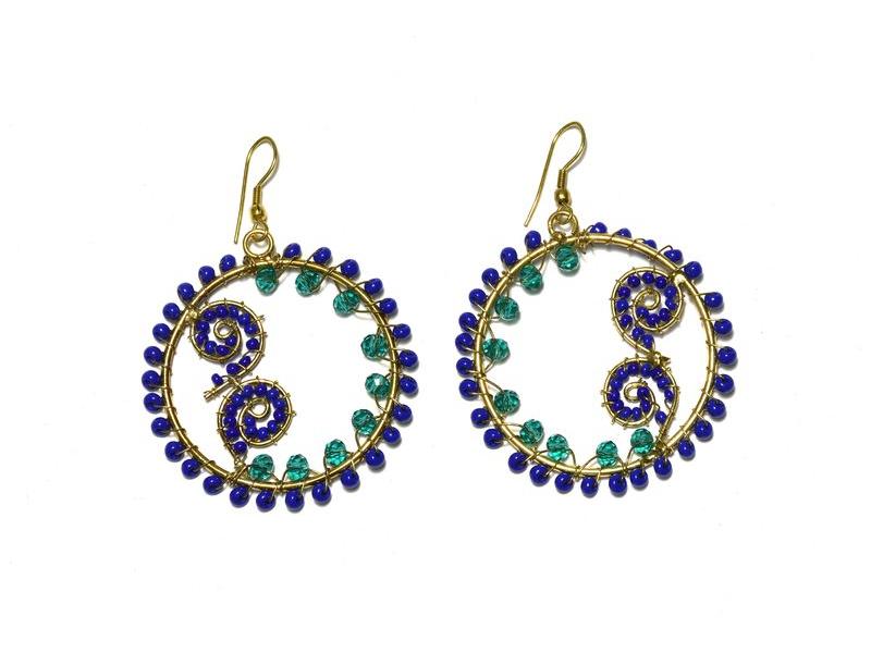 Kruhové visací náušnice s modrými a zelenými korálky, zlatý kov