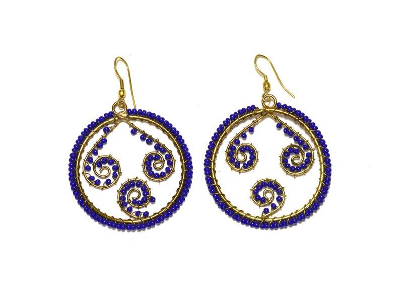Kruhové visací náušnice s tmavě modrými korálky, zlatý kov