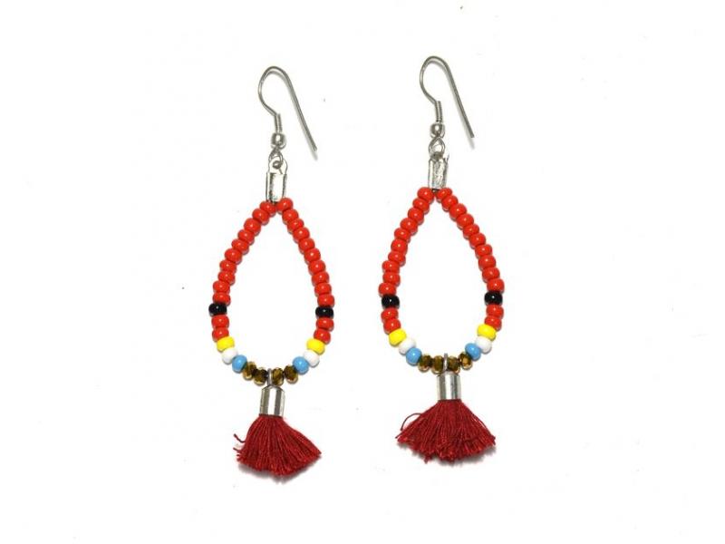 Visací náušnice s červenými korálky a třásničkou, tvar kapky, stříbrný kov