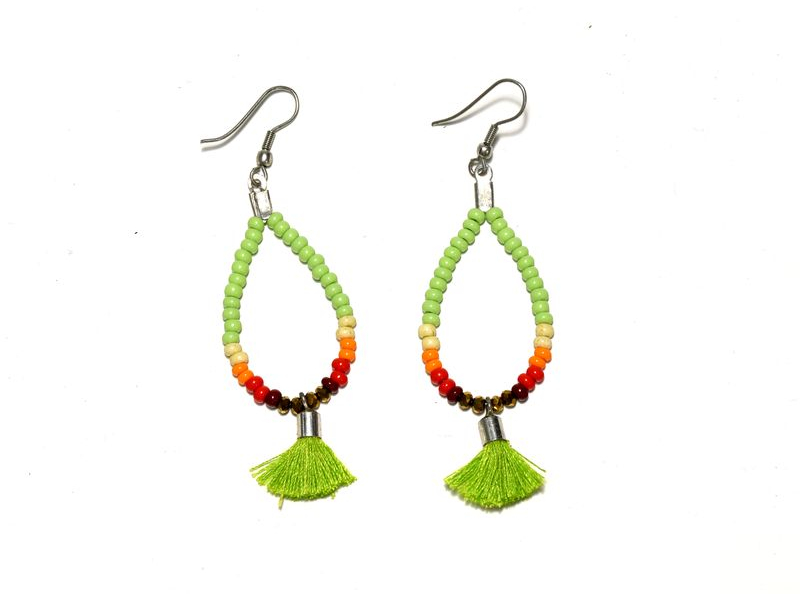 Visací náušnice s zelenými korálky a třásničkou, tvar kapky, stříbrný kov