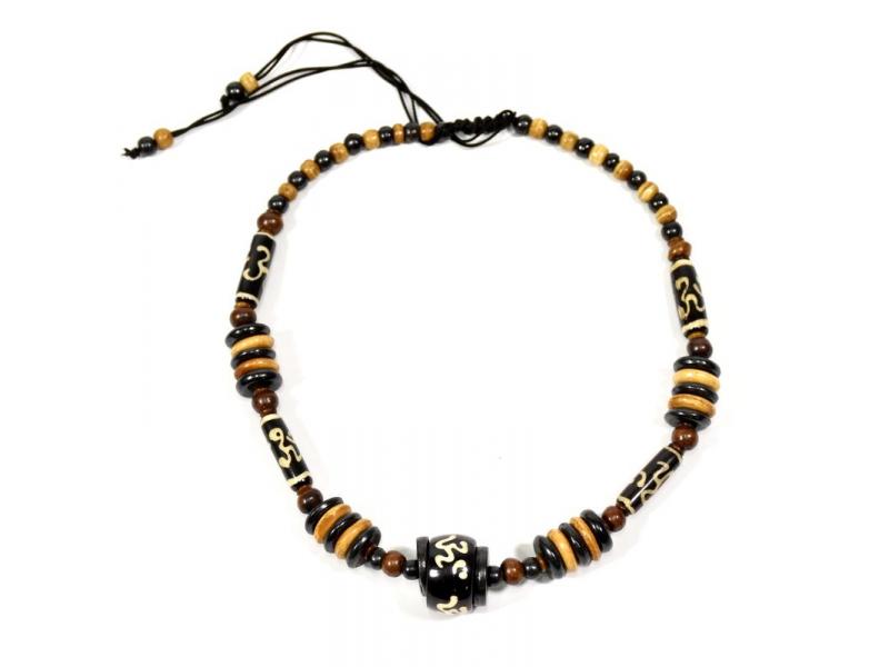 Kostěný náhrdelník, hnědo-černý, malovaný Om, na stahovací šňůrce
