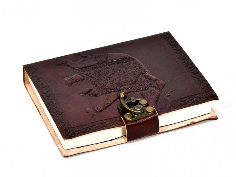 Notes v kožené vazbě s kovovým zámkem, ruční papír, 12x15cm