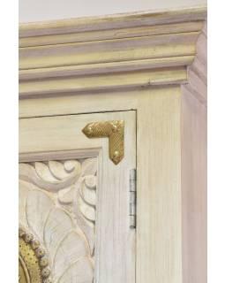Skříň z mangového dřeva zdobená mosazí, ruční řezby, bílá patina, 101x44x183cm