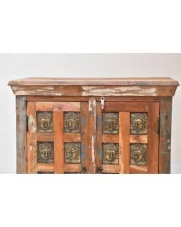 Komoda z teakového dřeva, zdobená mosaznými Buddhy, 77x40x103cm