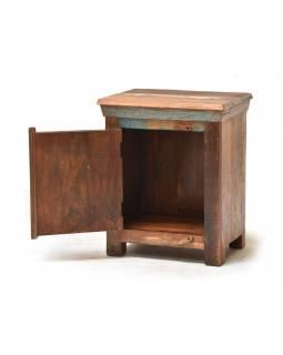 Noční stolek z antik teakového dřeva zdobený reliefy Buddhů, 50x45x60cm
