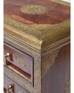Šuplíková komoda z palisndrového dřeva zdobená mosazí, 45x35x110cm