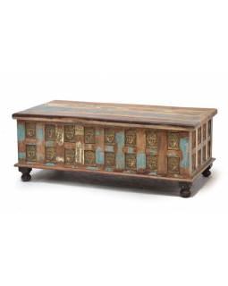 Truhla z teakového dřeva zdobená mosaznými Buddhy, 120x60x46cm