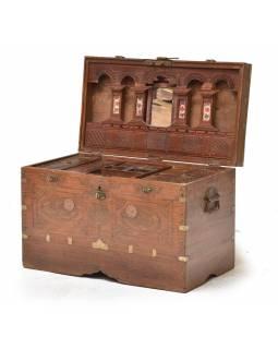 Startá truhla z teakového dřeva zdobená mosazným kováním, 67x36x44cm