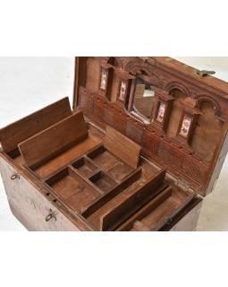 Stará truhla z teakového dřeva zdobená mosazným kováním, 67x36x44cm