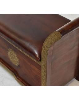 Lavice s úložným prostorem, zdobená mosazným kováním, 150x45x70cm