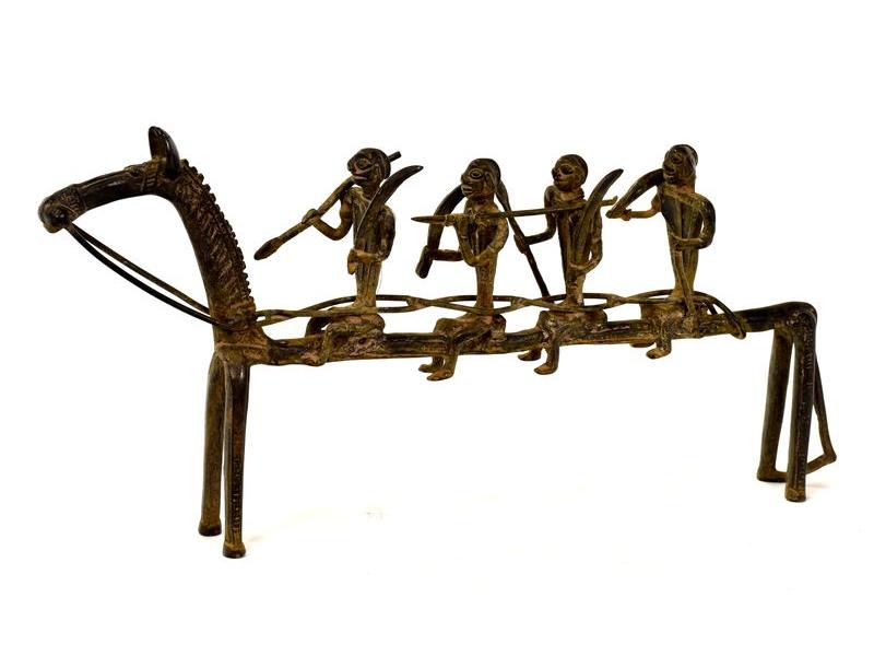 Jezdci na koni, mosazná soška, tribal art, 39x6x19cm