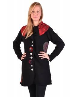 Černý kabát s límcem zapínaný na knoflíky, barevné aplikace, potisk a výšivka