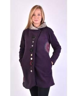 Fialový kabát s límcem zapínaný na knoflíky, aplikace, potisk a výšivka